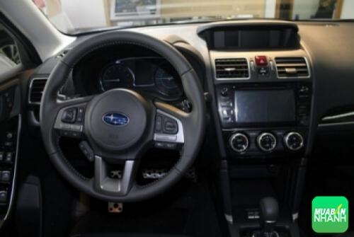 Bảng taplo trên Subaru Forester 2017 thiết kế đơn giản và khá thể thao với một màn hình phụ nằm ngay giữa và cụm đồng hồ analog truyền thống. Cùng với đó, chất liệu da và nhựa dẻo được sử dụng nhiều nơi cùng cách hoàn thiện chỉn chu, cao cấp.