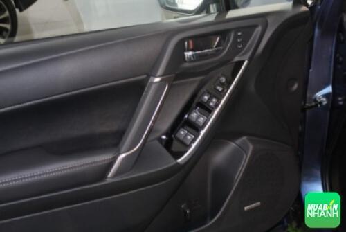 Cửa xe sử dụng chất liệu nhựa, kết hợp với các lớp da bọc trang trí và một số chi tiết kim loại. Tay nắm cửa đẹp mắt với miếng ốp kim loại màu xám bạc. Phần tựa tay được hãng xe Nhật bọc một lớp da khá thoải mái và dễ chịu khi sử dụng.