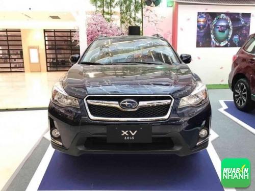 Subaru XV 2017 trang bị thanh ngang mạ crôm trên lưới tản nhiệt lục giác màu đen, hệ thống đèn chiếu sáng tích hợp đèn LED DRLs và viền mạ crôm hình chữ L tại cụm đèn sương mù.