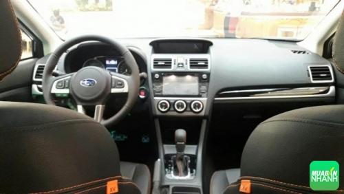 Subaru XV 2017 có trang bị nội thất tông màu đen chủ đạo với ghế nệm bọc da, tương phản với đường khâu đỏ trên cả vô-lăng, cần số và thảm lót sàn.